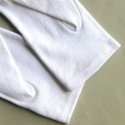 Avec poignet fermé, beaux gants blancs de cérémonie à 3 nervures.